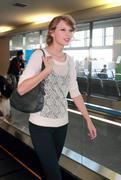 Nov 16, 2010 - Taylor Swift - Narita International Airport In Japan (57 HQ pics) Th_22580_tduid1721_Forum.anhmjn.com_006_122_987lo